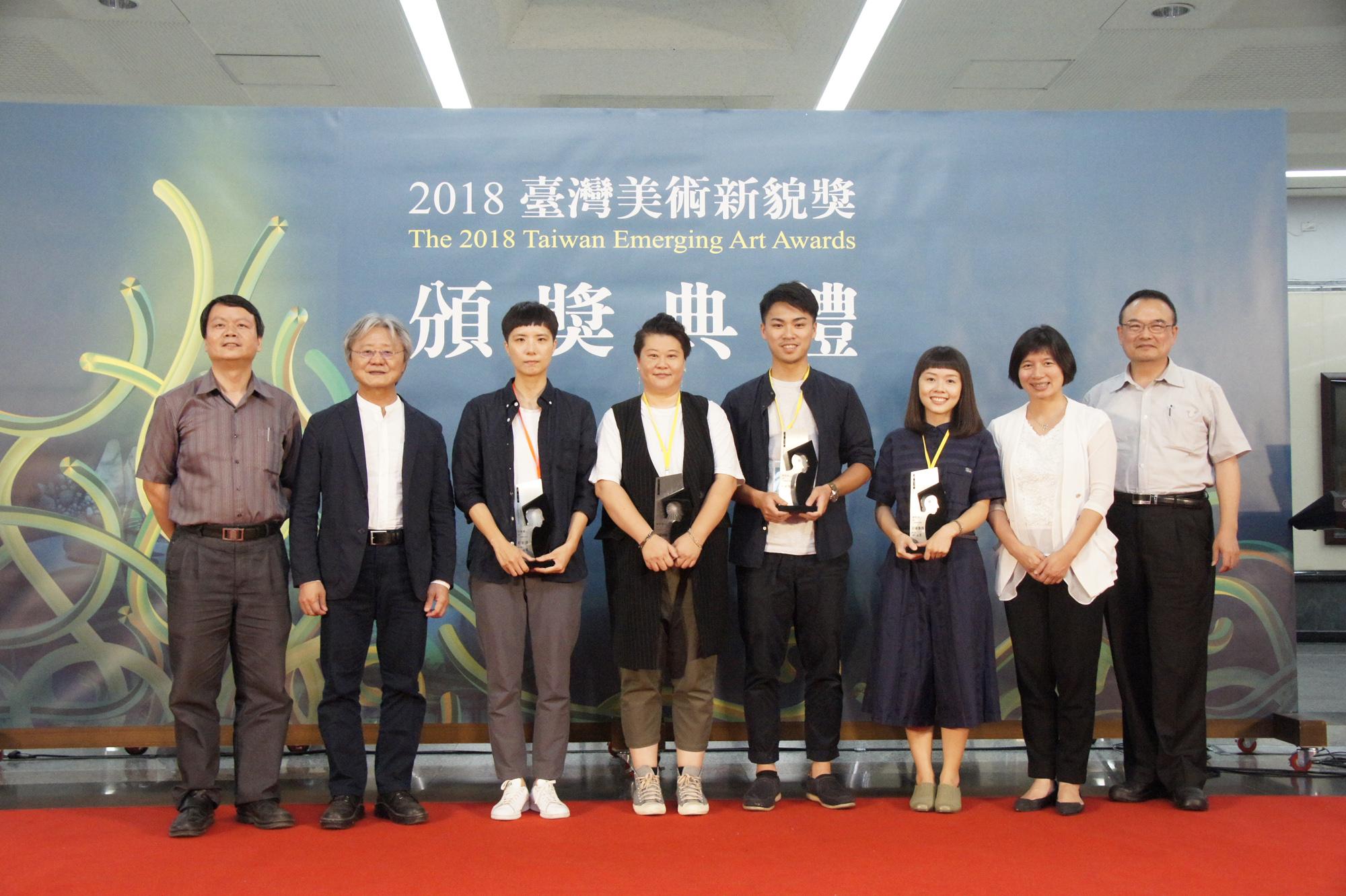 副市長林依瑩參加臺灣美術新貌獎頒獎典禮並與新貌獎及評審團獎得獎者合影